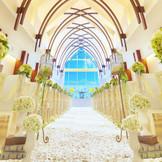 そのスケール感で人々を魅了する「チャペル・サントベルジュ」。長さ20mのバージンロードの先には大きな窓があり、暖かな陽光と祭壇奥の清らかな滝の音が館内を包み込む。明るく開放的な空間で憧れの挙式を叶えて!