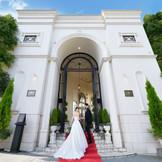 幸せいっぱいのおふたりをお迎えするのは、壮麗に佇む白亜の凱旋門。 ゲストの方々もここから始まるパーティーに期待がふくらむはず。