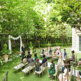 赤坂サカスの丘の上。緑に囲まれたガーデンでふたりの誓いをたてて
