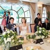 披露宴会場「フローレンス」の大きな窓をバックに、ゲストとの記念撮影も