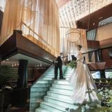 世界的なホテルブランドとして長年ウエディングを提供したきたインターコンチネンタル。その国の伝統と文化を大切にするブランドポリシーを感じさせるスケールあるメインロビーで記憶に残るフォトジェニックな一枚を