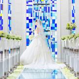 ステンドグラスやバージンロード等、チャペルのいたる所に、花嫁が身に着けると幸せになるという伝説を持つブルーをあしらって。