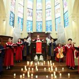 聖歌隊やヴァイオリニスト、チェリストなどが大聖堂挙式の感動を高めてくれる