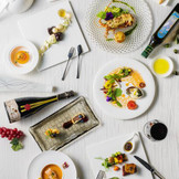 各会場にプライベートキッチンを併設。パーティの進行を見ながら調理されるから、アツアツの料理をサーブ。