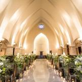 14mの大理石バージンロードに、外光からのステンドグラスや祭壇で愛を誓うおふたりの姿が、美しく映り込み幻想的に。