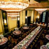 人気の披露宴会場『ローズ』 高い天井と華やかなシャンデリアが会場を包む、優雅なパーティー