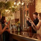 2階クルージアに併設されたバーカウンターで、新郎新婦からオリジナルカクテルをゲストへふるまう演出も