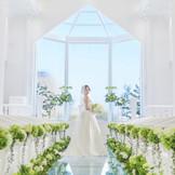 チャペル【アニバーサリー】美しい光と水の空間、ガラスの向こうに広がる青空と緑
