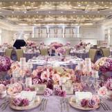 披露宴会場【TSUBASA】 白亜のヨーロピアン宮殿をモチーフとした会場。映像演出や、バルコニーと大階段を使った入場など特別演出も♪