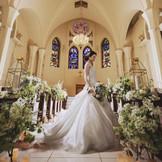 色鮮やかなステンドグラスやシャンデリアが輝き、どんなシーンも美しい花嫁姿を残せる
