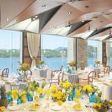 パノラマのオーシャンビューが人気のパーティールーム「シーショア」。海を見ながらゲストとくつろぎの時間を。