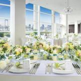 【シーサイド テラス レジデンス/140名様迄着席可能】白で統一されたピュアな雰囲気の邸宅。大きな窓の外にはプール付きのテラスが隣接