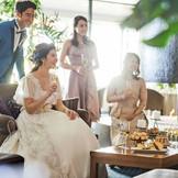 寛げるソファが用意され、リビングのような雰囲気にも。ふたりとゲストが一緒になって楽しめる、一体感のあるパーティが叶う