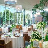 天井高8メートル、開放的な披露宴会場。