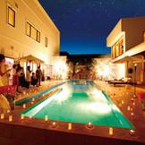 全館貸切のプライベートセレブウエディングが実現する。開放感溢れるプール付ガーデンでは、ゲストと思う存分楽しめるパーティが叶う。プールサイドには世界中から集められた調度品が並びバーベキューテラスや暖炉も