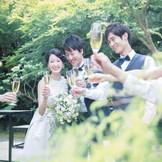 ガーデンでゲストと一緒に、シャンパンやスイーツビュッフェをお楽しみください!