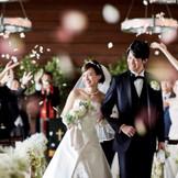 憧れのフラワーシャワー。ゲストからの温かな祝福に花嫁の笑顔が溢れる