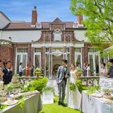 イングリッシュガーデン付きの邸宅を貸切。ブッフェなど、ガーデンパーティーで楽しめます。