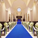 ロイヤルブルーのバージンロードは花嫁をより一層輝かせます。