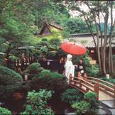 自然に囲まれた広大な庭だからこそかなう、感動的な花嫁行列が多くのカップルに人気