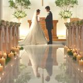 大理石のバージンロードに、祭壇に立つおふたりの姿が映ります