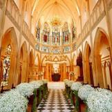 厳粛な雰囲気の本格的大聖堂。季節や時間帯によって輝きが変化するステンドグラスが人気。