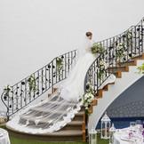 屋内ガーデンに向かって降りていくらせん階段