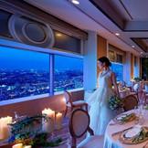 天空のペントハウスで夜景に包まれてラグジュアリーな晩餐会を