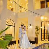 オープンテラスでのナイトウエディングはロマンティックな雰囲気で