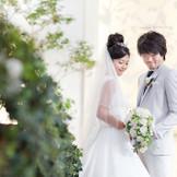 どこまでも伸びる若葉のがモチーフの祭壇。真っ白なリリーフに降り注ぐ陽日が白いウェディングドレスを一層際立たせてくれる。