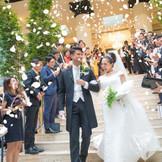 挙式の後はゲストからのフラワーシャワーで祝福を♪ 《フラワーシャワーの言い伝え》 幸せな結婚式を挙げた新郎新婦様を妬みお二人に悪魔が寄ってくると言われます。それを花の香りの魔除けで守ったと言われています。