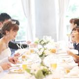 皆さまと同じテーブルで、アットホームなお食事会も、レストランなら堅苦しくなりません!!