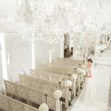 千個のクリスタルが輝く清らかな花嫁の心を映した純白のチャペル。