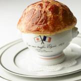 ポール・ボキューズ氏が1975年に時の大統領の為に創作したスペシャリテ。 フォアグラ、トリュフなどの高級食材がふんだんに入った特別なスープ。パイの蓋を開けるとトリュフの香りが広がる。