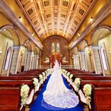 荘厳な雰囲気の中、生演奏の音が響き渡ります。ロイヤルブルーのバージンロードはは純白のウエディングドレスをより一層輝かせます。