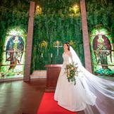 ステンドグラスから差し込む柔らかな陽光がドレスの細かい部分まできれいに映し出します