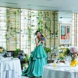 とびきりPOPな会場コーディネートもどこか上品な雰囲気。レストラン内に配された数々の名画がアクセントを添え、ホンモノにこだわる大人花嫁にぴったり