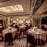 最大90名様まで収容可能な披露宴会場。アールデコを用いたデザインのお部屋は一味違う大人weddingを希望するおふたりにぴったり!