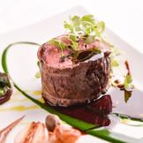 フランス料理の真髄といえる料理の数々。黒毛和牛やフォアグラを使用した五感に響くスペシャリテはゲストの期待も高まる一品。