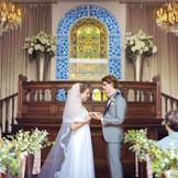 100年以上前の教会で使用されていたステンドグラスの前で永遠を誓う