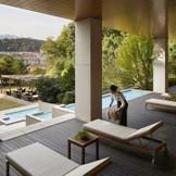 リゾートホテルのようなガーデンへのアプローチ。寛ぎという「大人の贅沢」を味わって