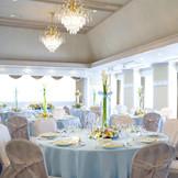 天井も高く窓もあるので開放感抜群!水色のクロスにカラーのお花でさわやかな印象の会場にコーディネート♪