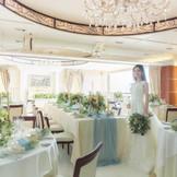 パーティ会場も白を基調としたアンティークで上品な空間