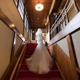大正ロマンの雰囲気を、今感じる事のできる二葉楼の大階段。おふたりの今を感じてください。人気の撮影スポットです。