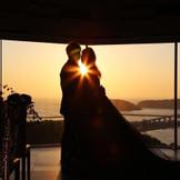 チャペルから夕陽と海を一望できます。 ロマンティックなサンセットウエディングを