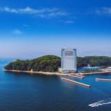 市内中心部から車で約20分。瀬戸内海に囲まれた非日常のロケーションで叶える、滞在型ウエディングをご体感ください。