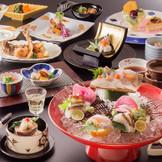 港町ならではの新鮮な魚介類をふんだんに使用した美食は職人が季節に応じて塩加減を微妙にかえるなど、手間ひまかけて創られた一品揃い。心づくしの料理でゲストをもてなします。