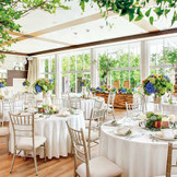 リニューアルして更に開放感たっぷりのパーティ会場で、心温まる時間を過ごして。ガーデンの爽やかな緑を眺めながら、シェフ特製料理を堪能!青い空・緑の芝生との一体感を感じるコーディネートは、自然に囲まれるブランレヴューならでは