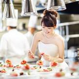 ゲストのために花嫁がデザートを仕上げるおもてなし