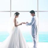 祭壇奥の窓いっぱいに広がる、海と空の爽快な景色が大好評